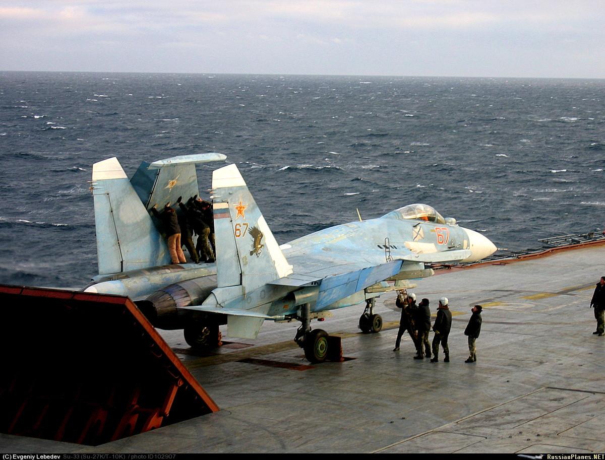 Очень интересный снимок,даже не как снимок а то что делают механики и летчики( Су-33 на авианосце Кузнецов Северный...